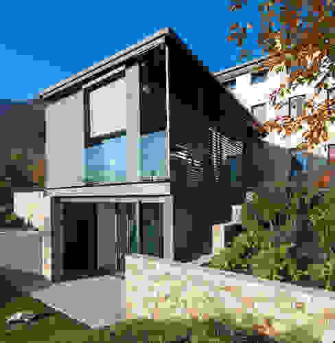 The new architectural volume Balcone, Veranda & Terrazza in stile rurale di SARA DALLA SERRA ARCHITETTO Rurale