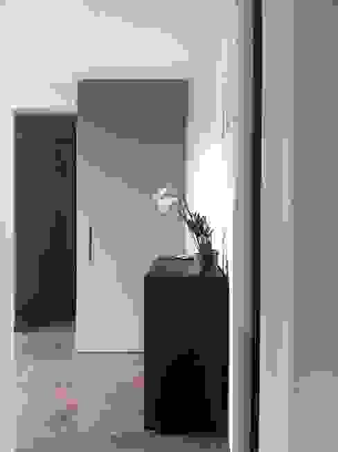 """The sliding door """"magic"""" di SARA DALLA SERRA ARCHITETTO Moderno"""