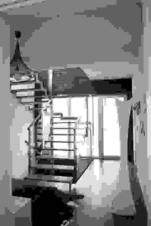 Couloir, entrée, escaliers minimalistes par VNUTRI Minimaliste