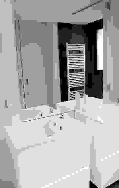 Vivienda Unifamiliar Baños de estilo moderno de estudio RILAIN Moderno