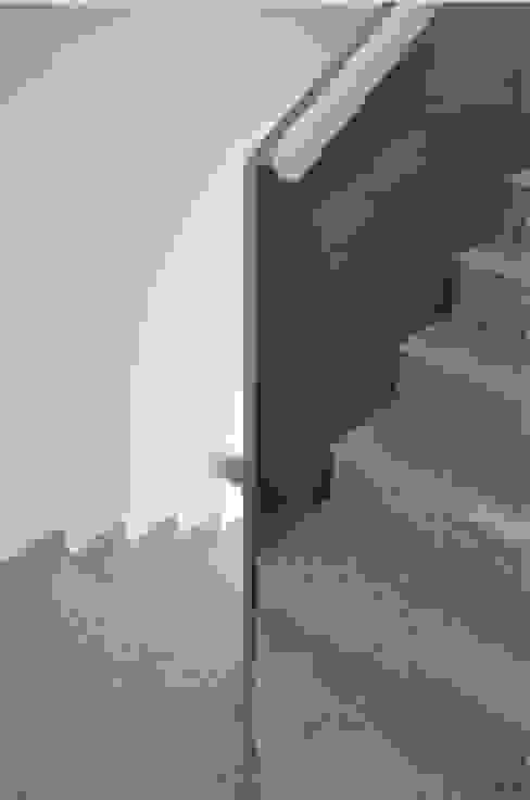 3 VPO Benquerencia Pasillos, vestíbulos y escaleras de estilo moderno de MarbleGrana Moderno