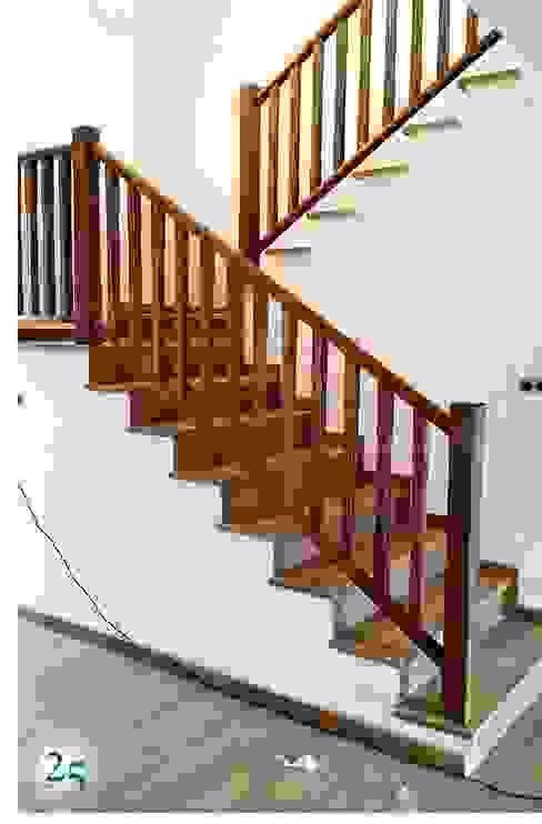 Pasamanos en madera de roble teñida Pasillos, vestíbulos y escaleras modernos de Almacén de Carpintería Gómez Moderno