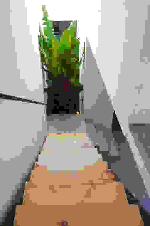 Коридор, прихожая и лестница в модерн стиле от rOOtstudio Модерн