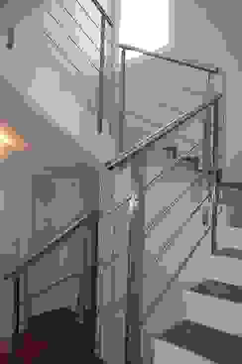 Scala Ingresso, Corridoio & Scale in stile moderno di studio 2a+g Moderno
