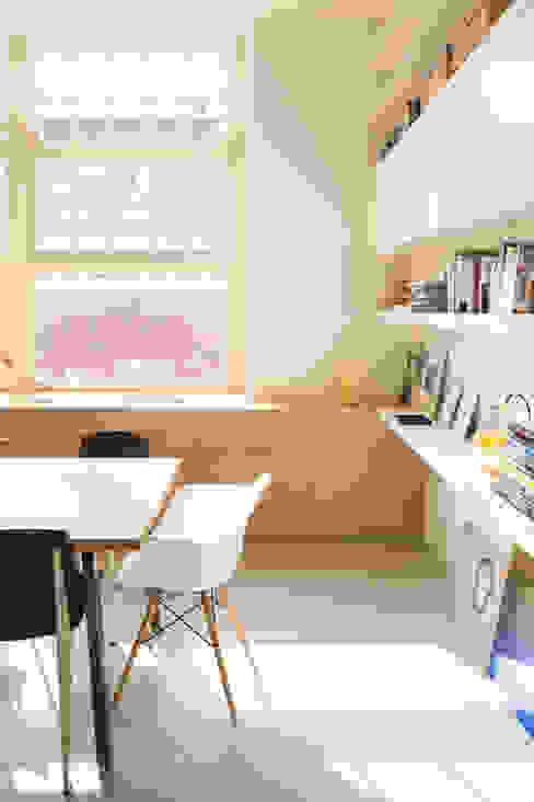 Boekenkast met zwevende planken homify Industriële woonkamers