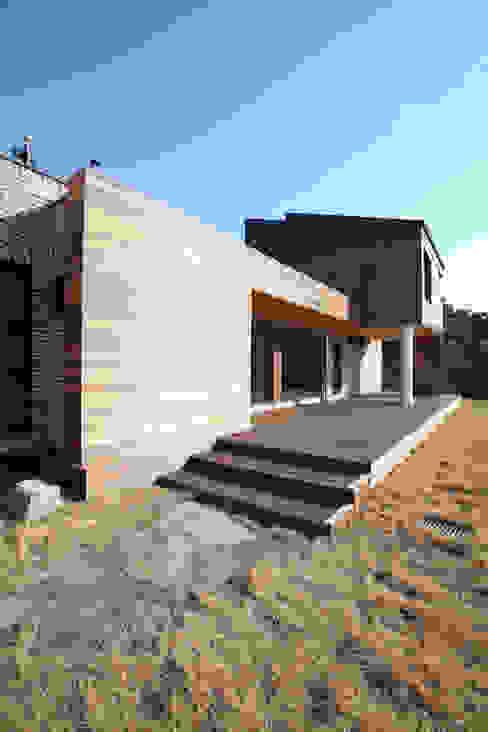 데크를 통해 접근하는 정면 모던스타일 주택 by 주택설계전문 디자인그룹 홈스타일토토 모던