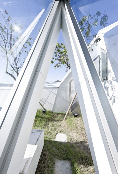 HWA HUN - 자연이 점거한 작은성: IROJE KIMHYOMAN의  정원,모던