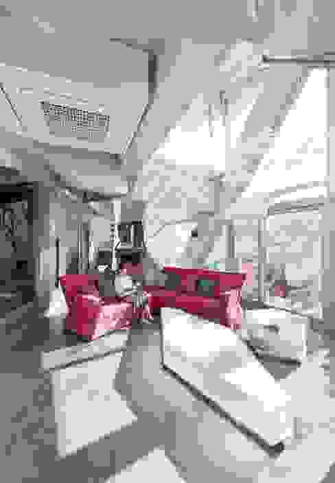 HWA HUN - 자연이 점거한 작은성: IROJE KIMHYOMAN의  거실,모던