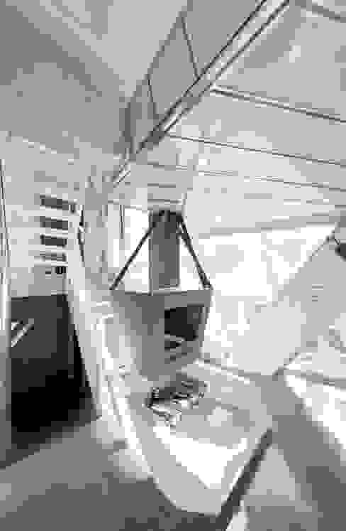 Modern Corridor, Hallway and Staircase by IROJE KIMHYOMAN Modern