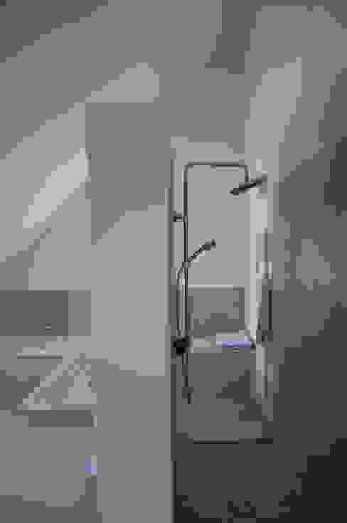 Bad Dachgeschoß Badezimmer im Landhausstil von arieltecture Gesellschaft von Architekten mbH BDA Landhaus