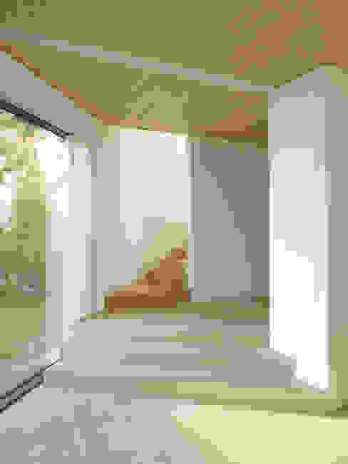 Haus K2 Minimalistischer Flur, Diele & Treppenhaus von Bottega + Ehrhardt Architekten GmbH Minimalistisch