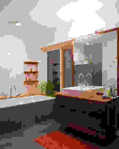 Transformation zum Zweiparteienhaus Moderne Badezimmer von Architekt Daniel Fügenschuh ZT GMBH Modern