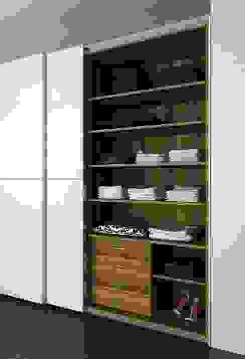 Armario con puertas correderas: Dormitorios de estilo  de Logos Kallmar