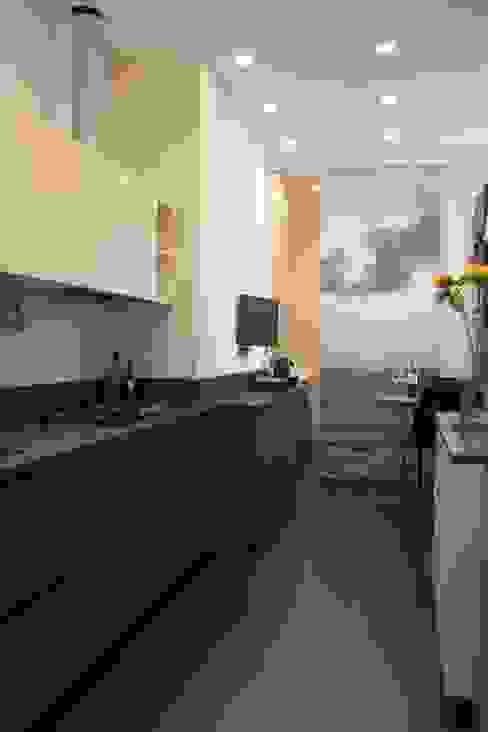 cucina con scorcio su lavanderia Cucina moderna di Gaia Brunello | Photo&HomeStaging Moderno