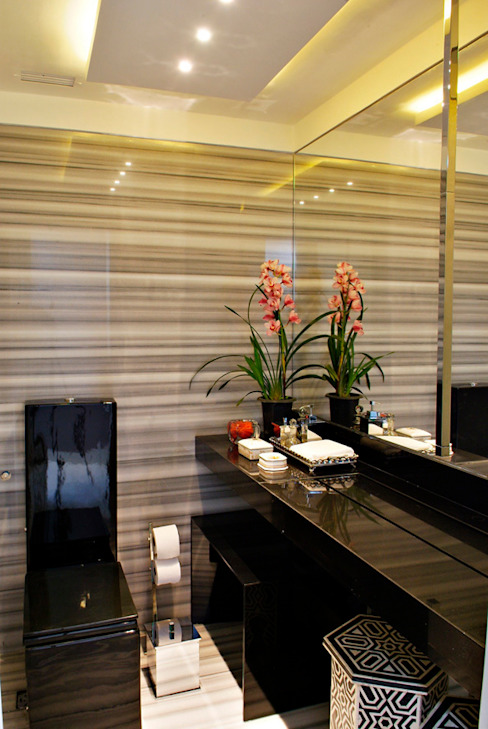 Tropical style bathroom by Evviva Bertolini Tropical