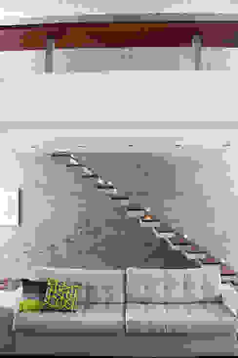 SBARDELOTTO ARQUITETURA Modern corridor, hallway & stairs