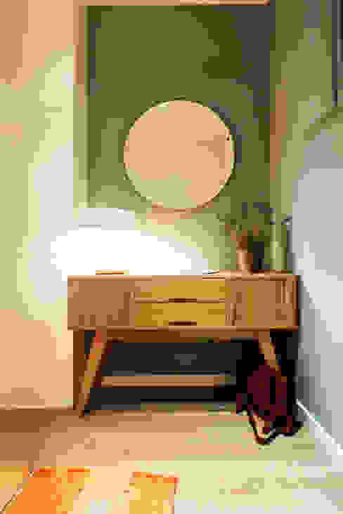 Apartamento turístico RBLA. CATALUNYA - Una espacio para disfrutar Pasillos, vestíbulos y escaleras modernos de homify Moderno