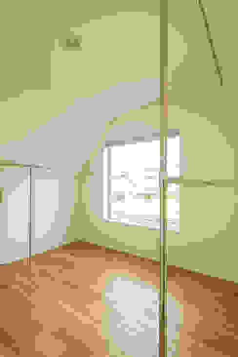斜め天井のウォークインクローゼット モダンデザインの 多目的室 の 株式会社 建築集団フリー 上村健太郎 モダン