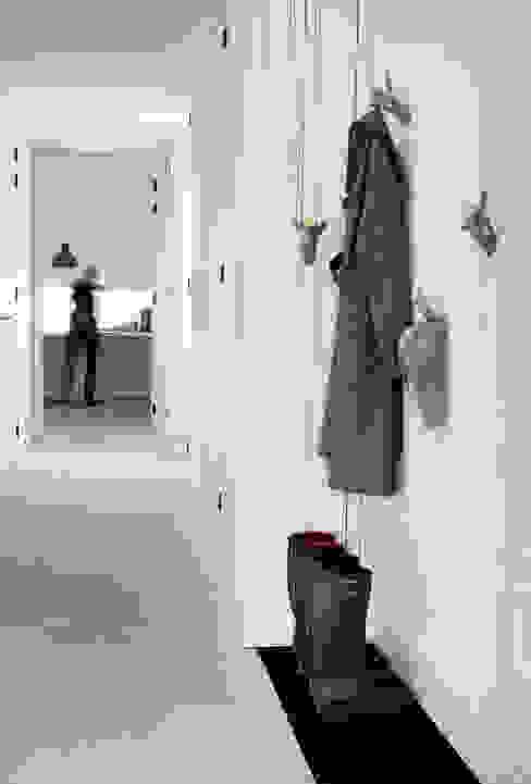 Scandinavian style corridor, hallway& stairs by Binnenvorm Scandinavian