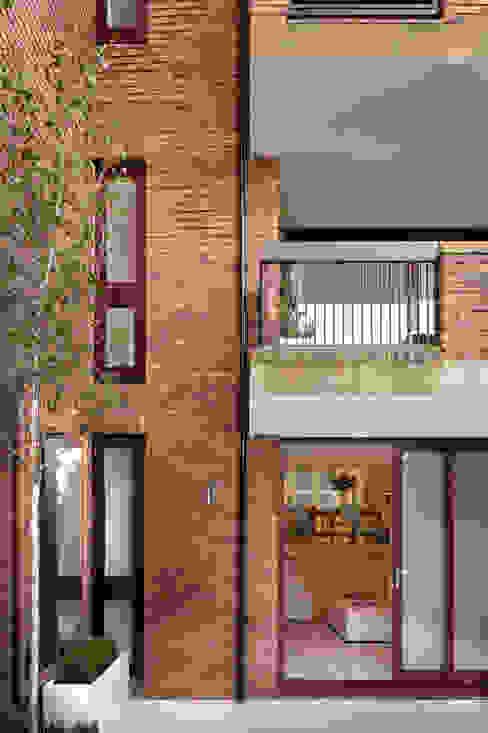 Highgate - Exterior of House Balcones y terrazas modernos de TG Studio Moderno
