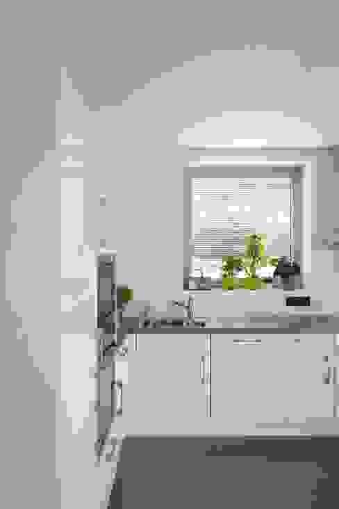 Kitchen by Atelier d'Architecture Geoffrey Noël