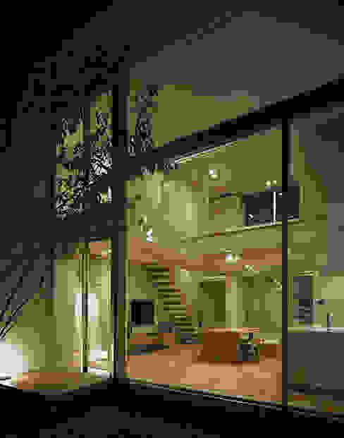 方庵: 和泉屋勘兵衛建築デザイン室が手掛けた家です。,モダン