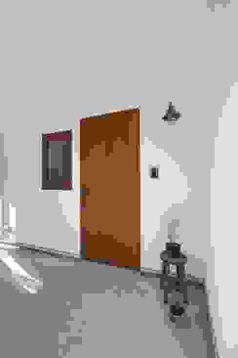 真っ白漆喰塗の家~玄関~ オリジナルな 窓&ドア の KanonStylehome! 野末建築 オリジナル