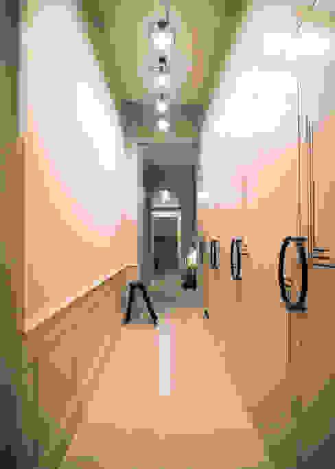 Classic style corridor, hallway and stairs by Gleba + Störmer Classic