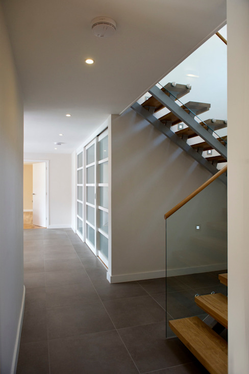 Grey Roofs, Crackington Haven, Cornwall Modern corridor, hallway & stairs by The Bazeley Partnership Modern