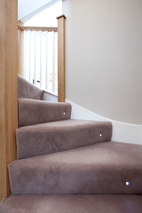 Carpet stairs with spot light di A1 Lofts and Extensions Moderno