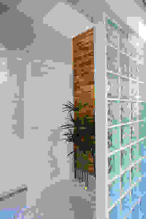 Designer de Interiores e Paisagista Iara Kílaris モダンスタイルの 玄関&廊下&階段