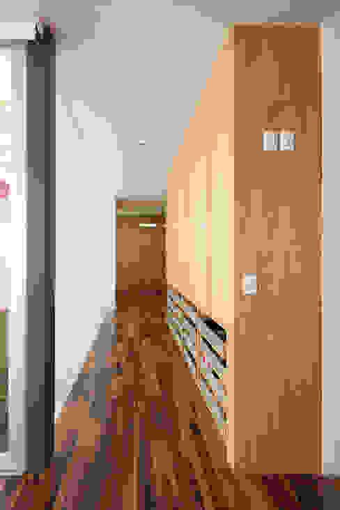 Couloir, entrée, escaliers minimalistes par Echauri Morales Arquitectos Minimaliste