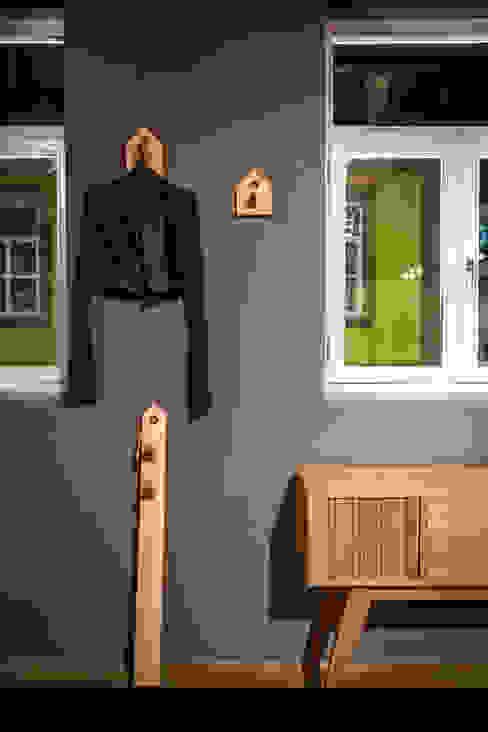 Store design by REPA for EUREKA SHOES LAB: Espaços comerciais  por REPA,Rústico