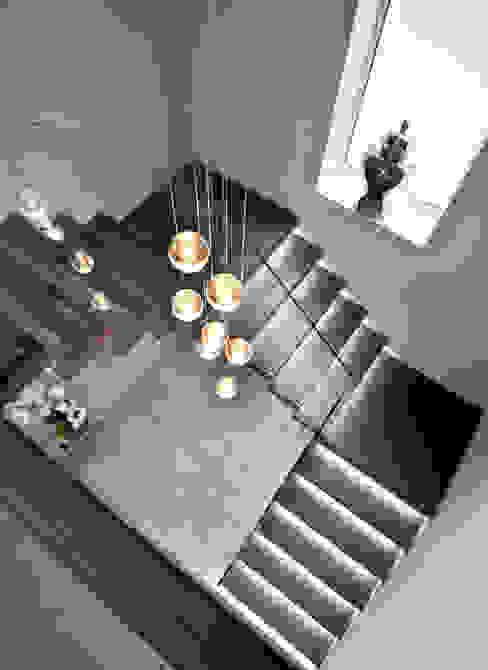 Floating tread staircase with glass balustrade الممر الحديث، المدخل و الدرج من Railing London Ltd حداثي