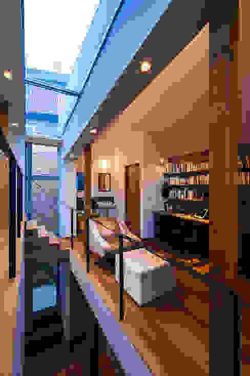 クレバスハウス ダイニングルームから書斎: 株式会社seki.designが手掛けたリビングです。,モダン