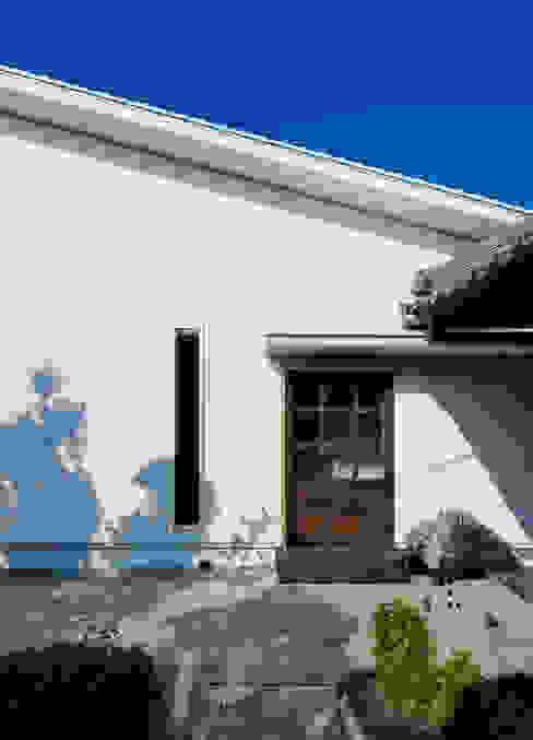 押部谷の家 蔵戸を再利用した玄関 モダンな 家 の 株式会社seki.design モダン