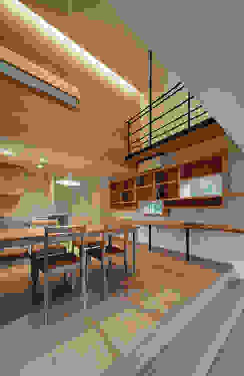 押部谷の家 リビングから吹き抜けを仰ぐ 北欧デザインの ダイニング の 株式会社seki.design 北欧