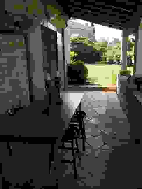 espace repas extérieur Balcon, Veranda & Terrasse ruraux par INSIDE-DECO-TENDANCE Rural