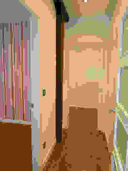 Moderne gangen, hallen & trappenhuizen van ERRASTI Modern