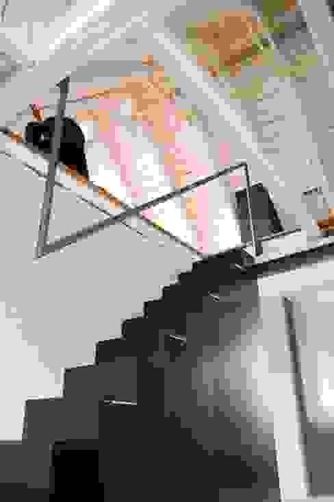 schwarz Haus Minimalistischer Flur, Diele & Treppenhaus von schwarzID Minimalistisch
