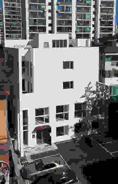 건물 후면: 현앤전 건축사 사무소(HYUN AND JEON ARCHITECTURAL OFFICE )의  주택,모던