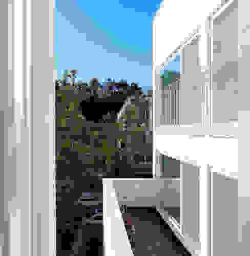 2층 다가구 테라스: 현앤전 건축사 사무소(HYUN AND JEON ARCHITECTURAL OFFICE )의  베란다,모던