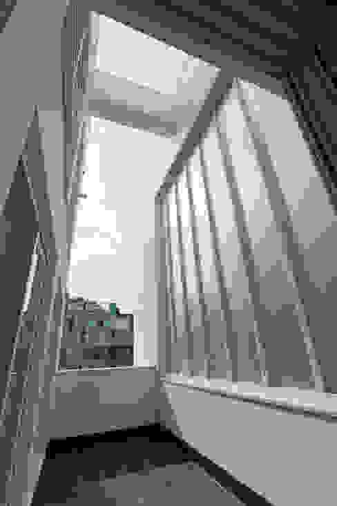 다가구 가벽: 현앤전 건축사 사무소(HYUN AND JEON ARCHITECTURAL OFFICE )의  베란다,모던