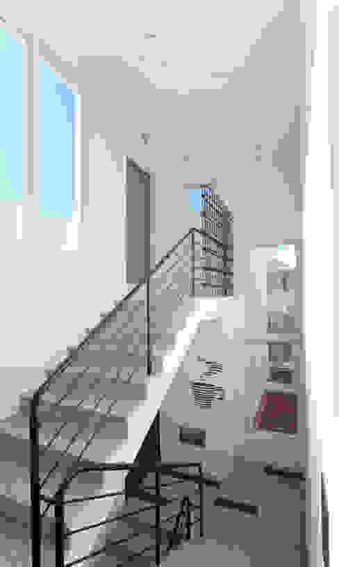 3층 계단실: 현앤전 건축사 사무소(HYUN AND JEON ARCHITECTURAL OFFICE )의  복도 & 현관,모던