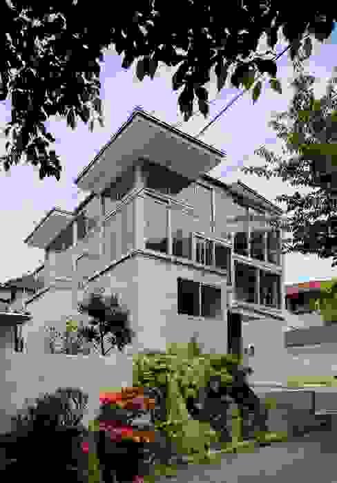 五月丘の家 - House of Satukigaoka: 林泰介建築研究所が手掛けた家です。,モダン