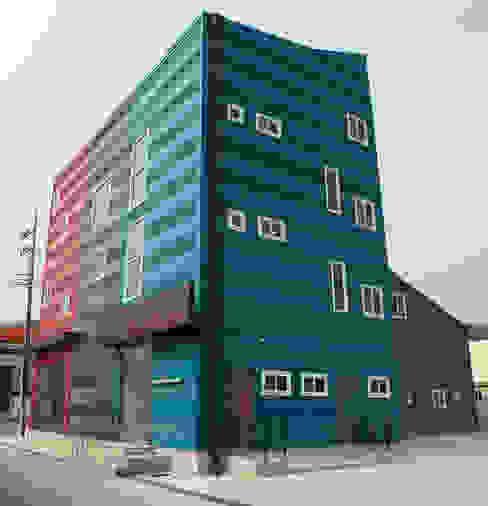건물 측면: 현앤전 건축사 사무소(HYUN AND JEON ARCHITECTURAL OFFICE )의  서재 & 사무실,모던