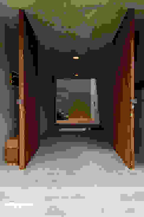 Pasillos, vestíbulos y escaleras modernos de 井上洋介建築研究所 Moderno