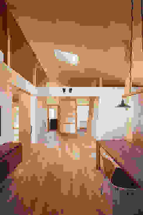 近江八幡の家・ダイニング: タクタク/クニヤス建築設計が手掛けたリビングです。,ラスティック
