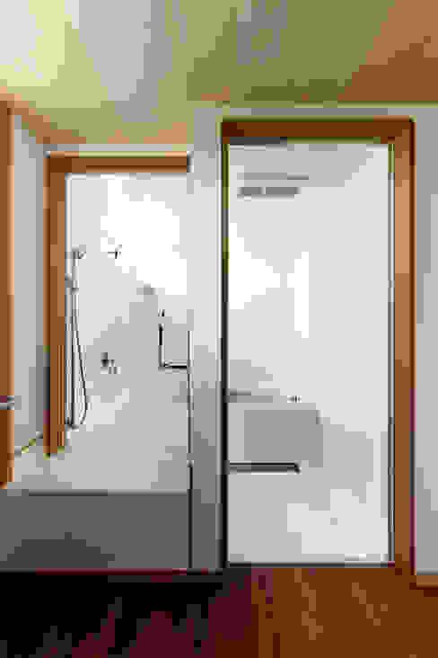 近江八幡の家・浴室: タクタク/クニヤス建築設計が手掛けた浴室です。,モダン
