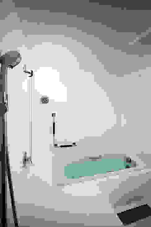 タクタク/クニヤス建築設計 Modern bathroom